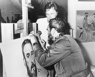 Фидель Кастро подписывает свой портрет. Гавана